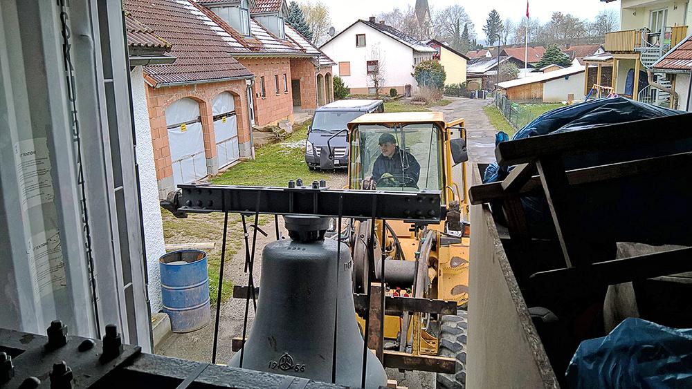 Verladen der Glocken in Deutschland mittels Radlader in den Seecontainer.